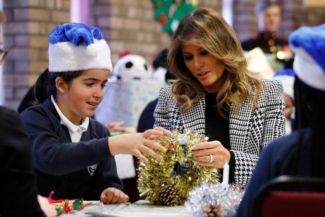 美國第一夫人梅蘭妮亞4日前往倫敦參探視當地兒童以及布置耶誕飾品。(Getty Images)