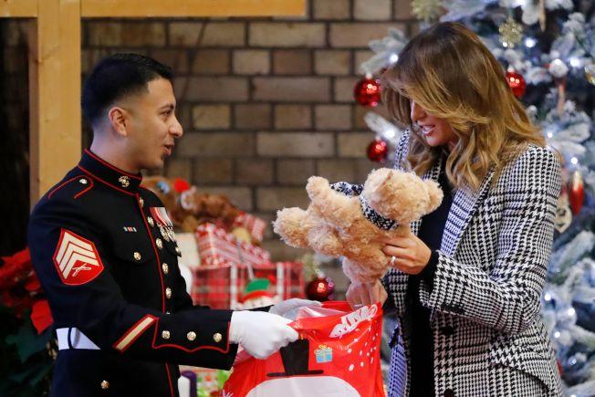 美國第一夫人梅蘭妮亞4日前往倫敦救世軍組織,探視當地兒童以及發放耶誕禮物。(Getty Images)