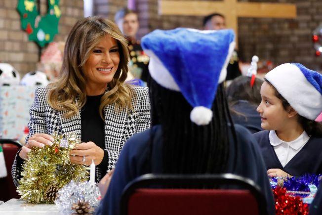 美國第一夫人梅蘭妮亞4日前往倫敦探視當地兒童,布置耶誕飾品。(Getty Images)