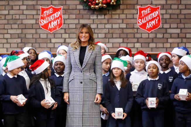 美國第一夫人梅蘭妮亞4日前往倫敦救世軍組織,參探視當地兒童及發放耶誕禮物。(Getty Images)