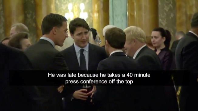 加拿大國營電視台拍攝北約峰會上的一段影片顯示,加拿大總理杜魯多 (中)和馬克宏(背對鏡頭,圖中)、強生(側對鏡頭,圖右二)聊天時,抱怨川普把40分鐘的記者會拖到2小時,以致後面行程延宕。(路透)