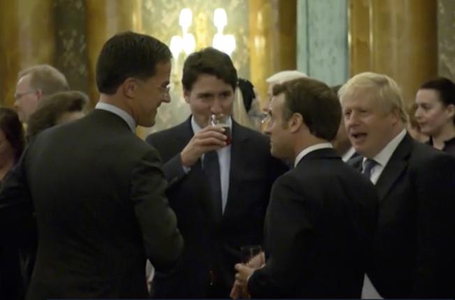 加拿大總理杜魯多(中)和荷蘭總理呂特(左一)、法國總統馬克宏(右二)、英國首相強生(右一),在北約峰會上笑談川普的言行。(美聯社)