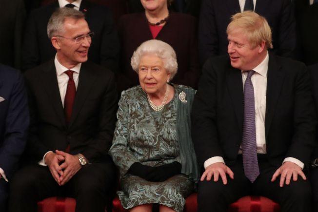 北約秘書長史托騰柏格(左)稱「中國勢力已逐步逼進」。圖為英女王伊莉莎白二世(中)與史托騰柏格、英國首相強生(右)合影。(Getty Images)