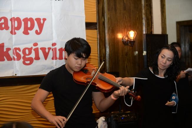 佛州福建同鄉聯合會2019年感恩節聯歡餐聚一景,小朋友拉小提琴。(福建同鄉聯合會提供)