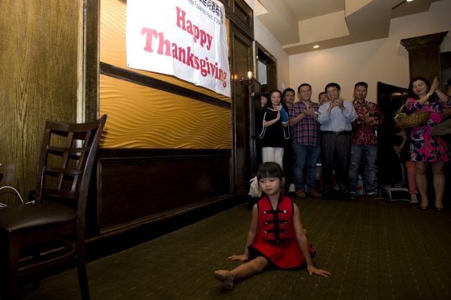 佛州福建同鄉聯合會2019年感恩節聯歡餐聚一景,小朋友表演芭蕾舞。(福建同鄉聯合會提供)