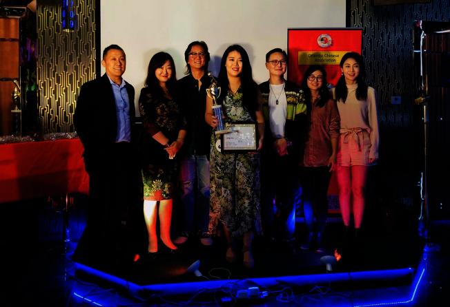 第二屆奧蘭多好聲音評審團與第二名(左四)合影,左起魏久峰、薛蔚、呂周,右起Grace yuan、胡玥和馮國強。(邊發傑提供)