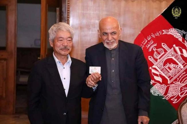 中村哲的貢獻獲得阿富汗政府肯定。圖為他生前與阿富汗總統甘尼(右)合影。(路透)