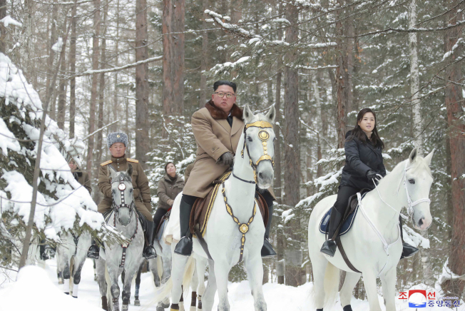北韓官媒4日報導,金正恩(右二)由將領陪同下,再騎戰馬登白頭山,夫人李雪主(右一)跟在身後,黨副部長玄松月(右三)尾隨。(美聯社)