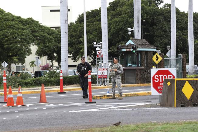 珍珠港-希卡姆聯合基地在槍案發生後隨即封鎖,軍警在基地前警戒。(美聯社)