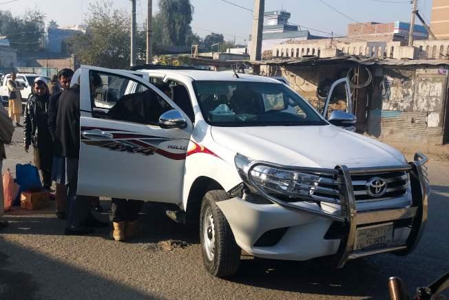 中村一行人乘坐的白色貨卡車窗已被擊碎,擋風玻璃至少有三個彈孔。(Getty Images)