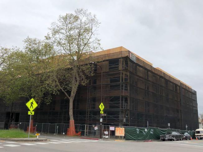 柏克萊今年7月出台新規,禁止在新建房屋和建築安裝瓦斯管道,2020年新年生效,成為全國首個強制用電力取代天然瓦斯的城市。圖為柏克萊正在建的公寓樓。(記者劉先進/攝影)