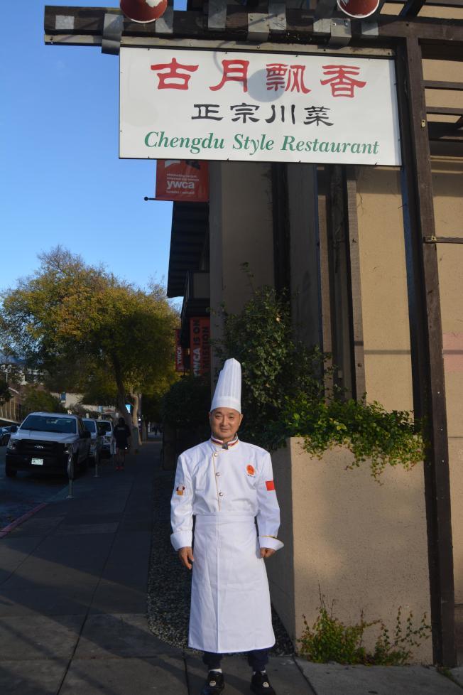 餐館東主胡軍表示,並不擔心禁令,即使加州未來禁用瓦斯,餐廳還是能用電爐取代,不怕影響生意。(記者劉先進/攝影)