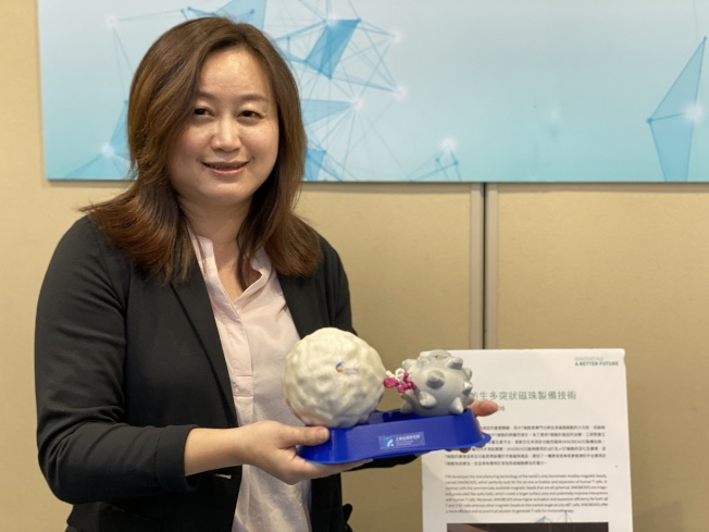 工研院開發完成的「仿生多突狀磁珠製備技術」,可以精準的治療癌症。(記者李榮/攝影)