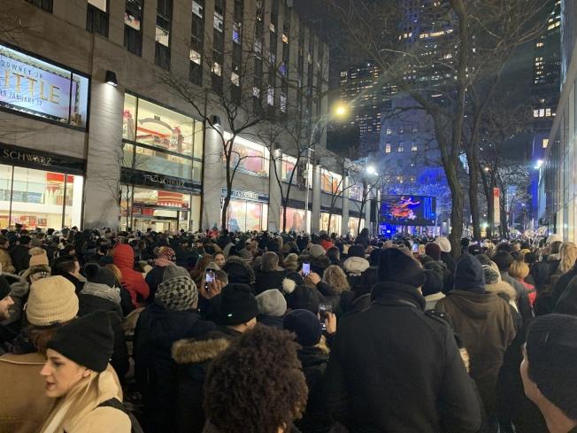 第87屆洛克菲勒中心聖誕樹點燈儀式4日晚舉行,上萬民眾前來觀看儀式。(記者和釗宇/攝影)