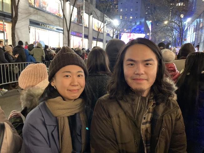 來自台灣的張劭庭(右)和陳小美(左)是第一次觀看點燈儀式,兩人表示耶誕節是西方很重要的文化,大家擠在一起才有氣氛。(記者和釗宇/攝影)