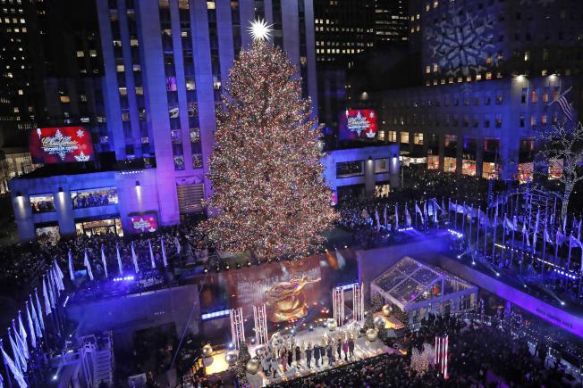 洛克菲勒中心耶誕樹4日晚亮燈,揭開紐約耶誕季。(美聯社)