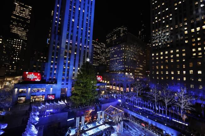洛克菲勒中心耶誕樹4日晚亮燈,揭開紐約耶誕季。(Getty Images)