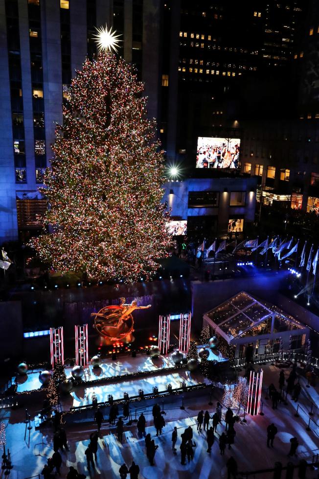 洛克菲勒中心耶誕樹4日晚亮燈,揭開紐約耶誕季。(路透)