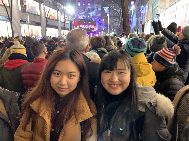 來自福建的陳燕舞(右)每年都會來看洛克菲勒中心耶誕樹,李小姐(左)則表示紐約街頭的耶誕氣氛很濃。(記者和釗宇/攝影)
