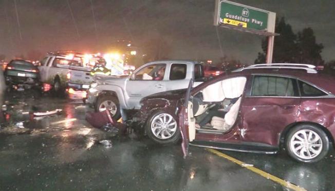 聖荷西280號公路4日清晨5時35分發生嚴重車禍,9輛車在雨中連環相撞,3人受傷,都沒有生命危險。(電視新聞截圖)