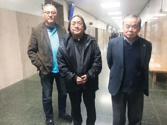 方小龍牧師(中)、余健全(左)、周達昌(右)前往法院旁聽庭審。(記者黃少華/攝影)