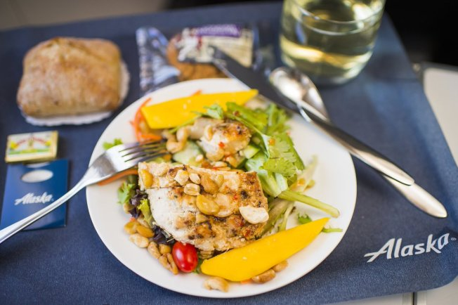 調查顯示,阿拉斯加航空公司和加拿大航空公司機上供應的餐點選擇最健康。圖為阿拉斯加航空的餐點。(取自推特)