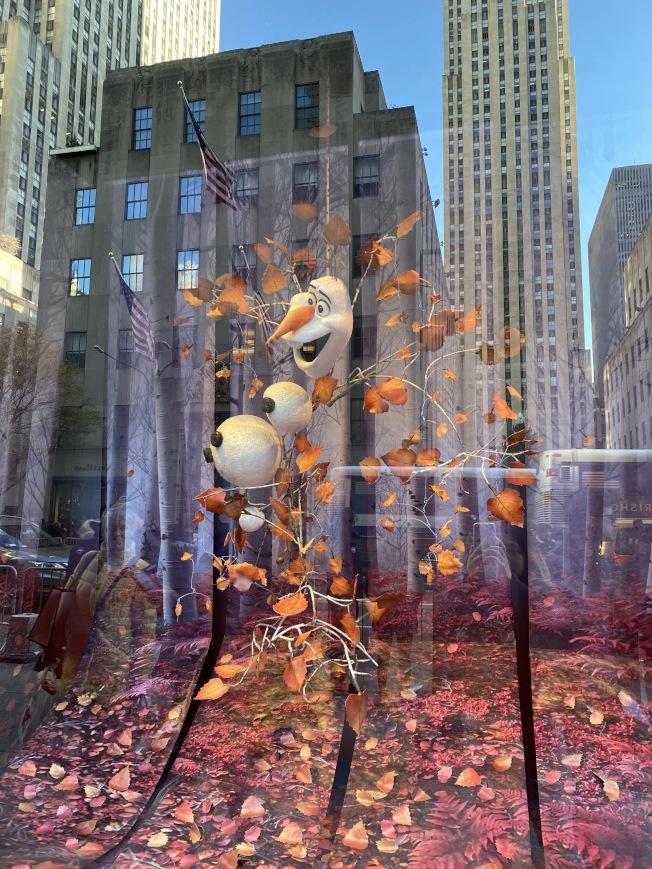 Saks Fifth Avenue冰雪奇緣櫥窗秀。(記者金春香/攝影)