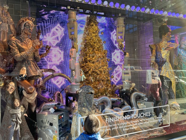 Bloomingdales「超越這個地球的節日」櫥窗秀,充滿太空感。(記者金春香/攝影)
