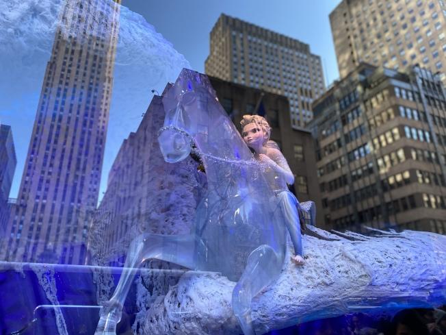Saks Fifth Avenue的「 冰雪奇緣」櫥窗秀,展出Elsa、Anna、Olaf的探險旅程。(記者金春香/攝影)