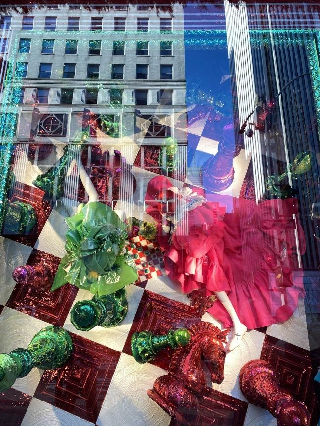 Bergdorf Goodman櫥窗秀主題「好時光」,有絢麗的色彩和大膽的造型。(記者金春香/攝影)