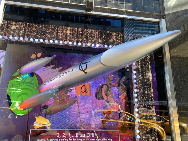 Bloomingdales「超越這個地球的節日」櫥窗秀,火箭彷彿要飛出窗戶,非常立體。(記者金春香/攝影)