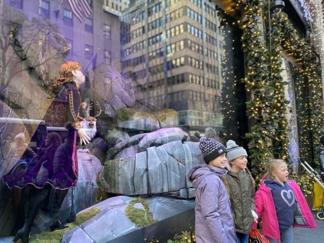 Saks Fifth Avenue的「 冰雪奇緣」櫥窗秀,是遊客的拍照和打卡聖地。 (記者金春香/攝影)