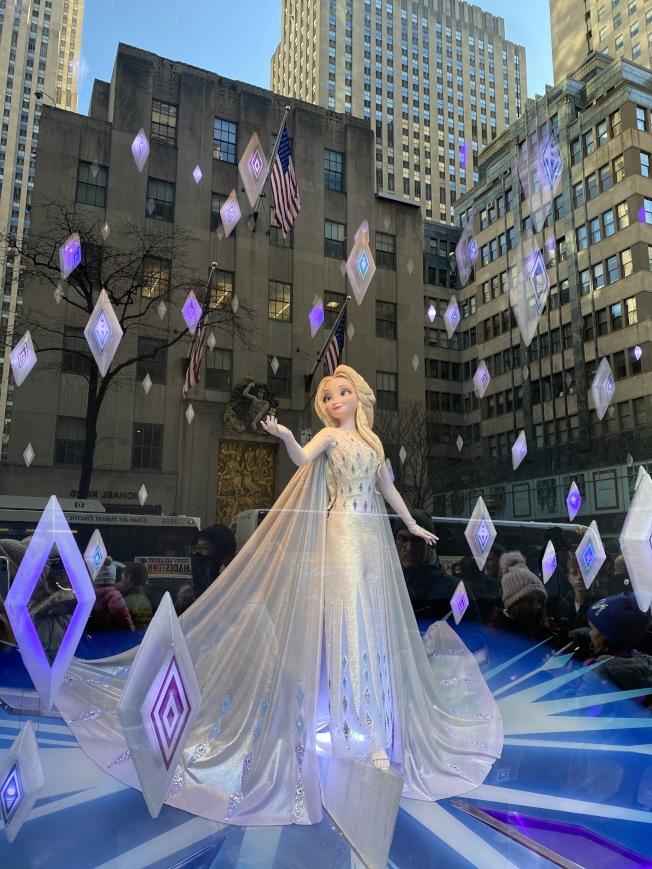Saks Fifth Avenue的「 冰雪奇緣」櫥窗秀晶瑩剔透,在夜晚觀看更具動畫和奇幻效果。(記者金春香/攝影)