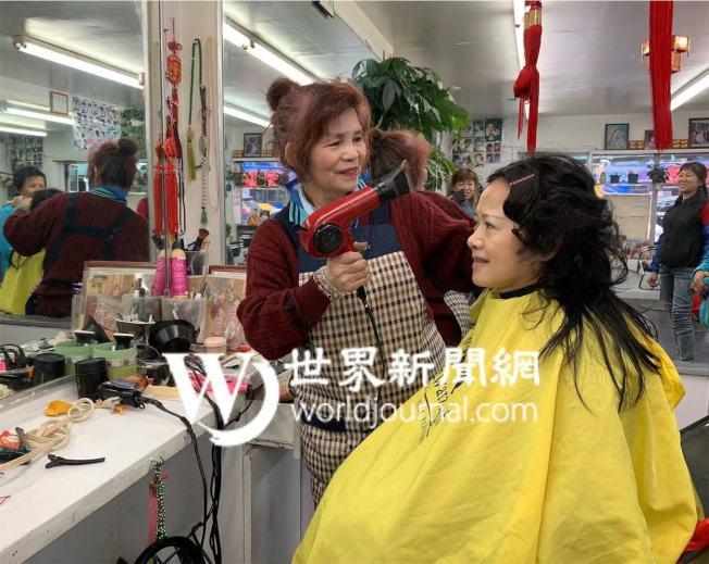 林月娥(左)為客人理髮。(記者牟蘭╱攝影)