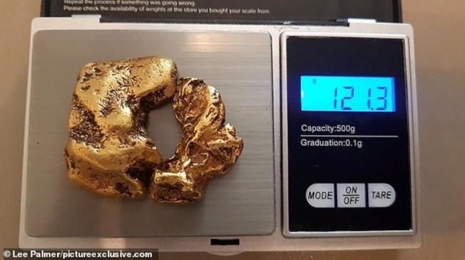 英國一名神秘淘金獵人自稱今年5月在蘇格蘭的一條河中,發現英國史上最大的「重聚金塊」。LEE PALMER/PICTUREEXCLUSIVE.COM