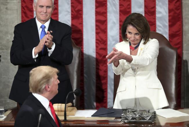 今年二月,川普(前中)到國會發表國情咨文,眾院議長波洛西(後右)鼓掌歡迎。(美聯社)