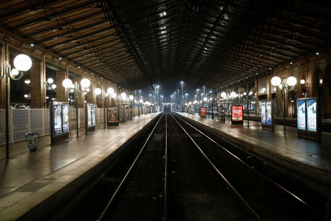 法國大眾運輸5日開始大罷工,乘客另覓替代交通方案,上午尖峰時段巴黎北站月台竟空蕩蕩。(路透)