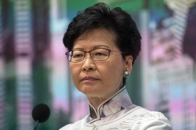 香港立法會今天辯論由25名民主派議員提出的彈劾特首林鄭月娥議案,經分組點票,雖然在地區直選獲16票贊成通過,但在功能組別被以反對22票否決,議案最終遭否決。(歐新社)