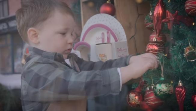 亞瑟在廣告影片中扮演店長。( 擷自影片)