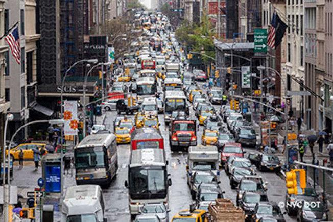 節日季多「大塞車警覺日」,市交通局提醒盡量使用大眾交通。(取自市交通局網站)