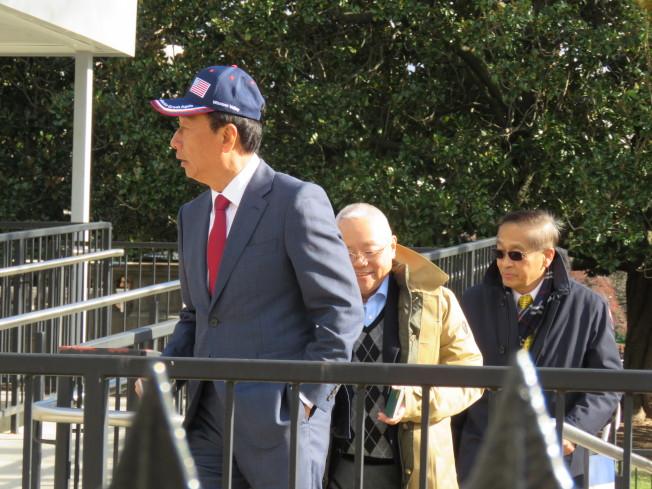 鴻海創辦人郭台銘(左一)5日戴著國旗帽步入白宮開會。(記者張加/攝影)