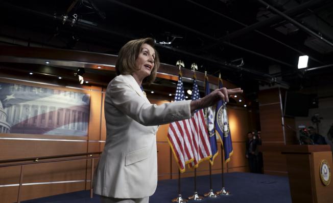 眾院議長波洛西(Nancy Pelosi)5日早宣布,眾院司法委員會將撰寫彈劾條款,稱「川普的行為已嚴重違反憲法,傷及美國民主,我們別無選擇」。(美聯社)