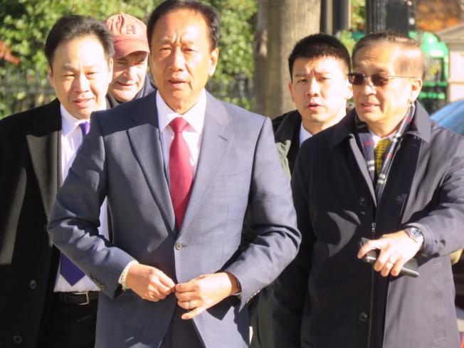鴻海創辦人郭台銘(中)5日赴白宮開會,會後步出白宮時未戴國旗帽。華盛頓記者張加/攝影