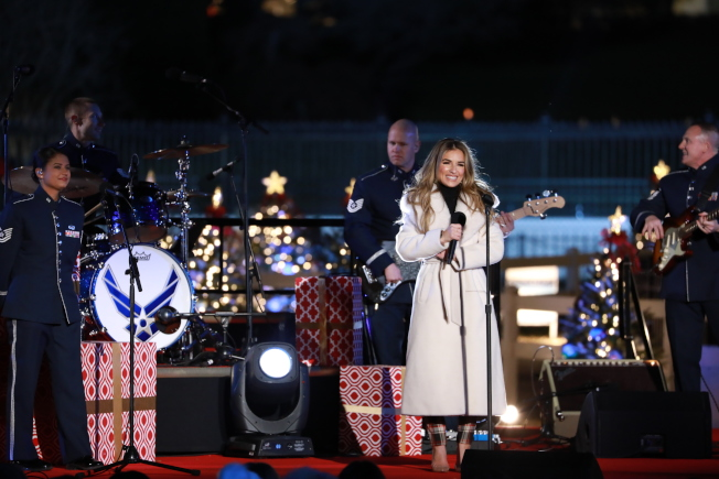 第97屆國家耶誕樹點燈儀式,鄉村流行唱作人Jessie James Decker演唱。(記者羅曉媛/攝影)
