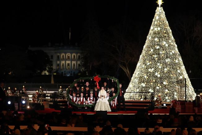 第97屆國家耶誕樹點燈儀式,來自亞利桑納州的男童合唱團與「the Voice」選秀節目出身的Chevel Shepherd同台表演。(記者羅曉媛/攝影)