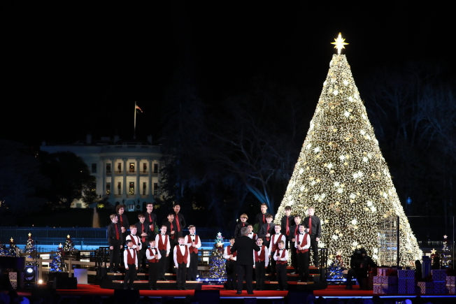 第97屆國家耶誕樹點燈儀式,來自亞利桑納州的男童合唱團表演。(記者羅曉媛/攝影)
