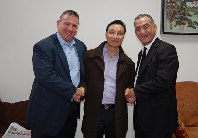黃貴華(中)向根柏格(右)、亨利律師(左)致謝。(記者劉麟/攝影)