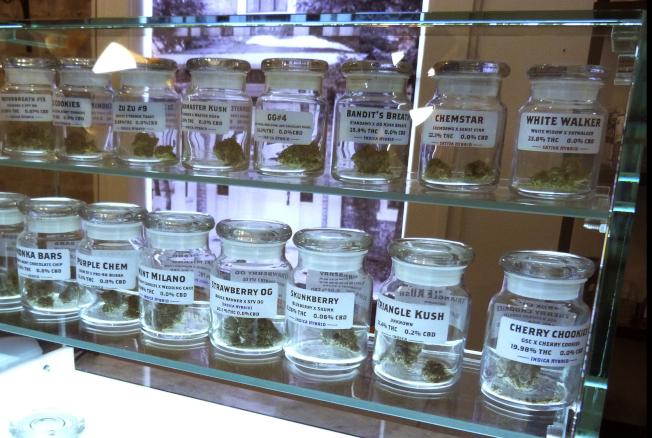 圖為密西根州一店內大麻產品。(美聯社)