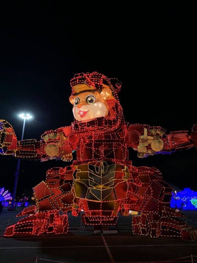 「天下華燈」嘉年華在花旗球場展出,彩燈美輪美奐。(記者劉大琪╱攝影)