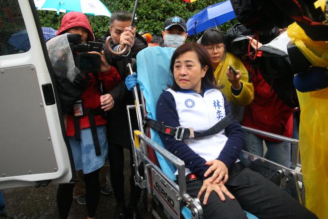 國民黨立委與市議員上午至外交部抗議,被擋在大門外不得而入,與警方發生衝突,立委林奕華受傷送醫。(記者余承翰/攝影)